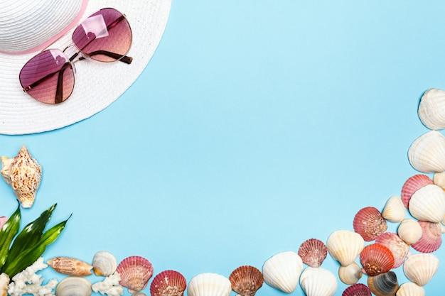 Chapéu de verão, óculos, conchas.