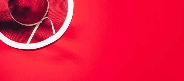 Chapéu de verão vermelho feminino em fundo de papel com espaço de cópia.