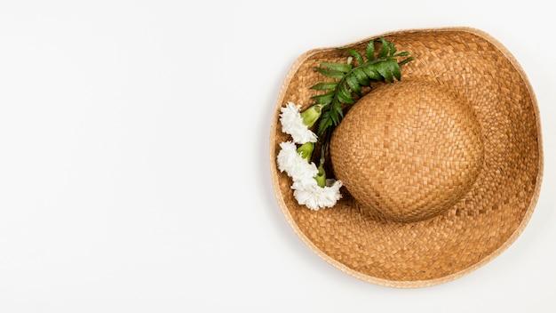 Chapéu de verão vista superior com flores