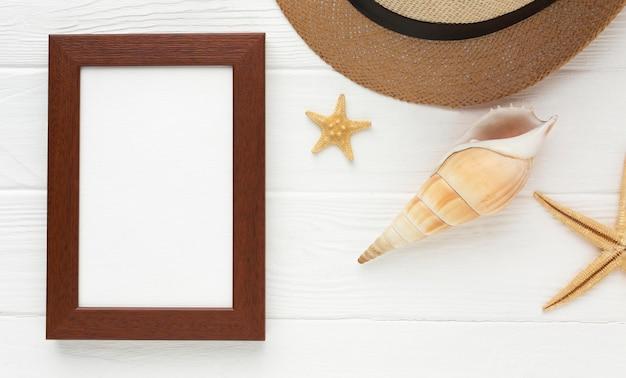 Chapéu de verão vista superior com moldura em cima da mesa