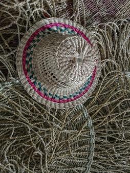 Chapéu de vime e textura de esteira