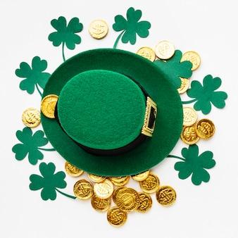 Chapéu de vista superior em moedas e trevos