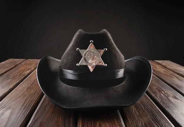 Chapéu de xerife da polícia do texas em estilo ocidental e revólver