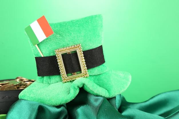 Chapéu do dia de são patrício, pote de moedas de ouro e bandeira irlandesa