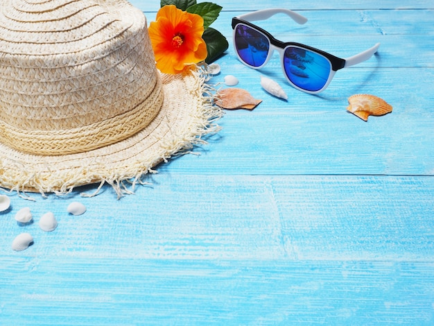 Chapéu e óculos de sol para o fundo das férias do feriado.
