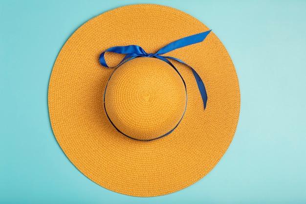 Chapéu feminino em estilo retro em um fundo azul. acessórios retrô femininos. foto de alta qualidade