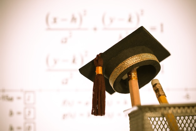 Chapéu graduação, ligado, lápis, com, fórmula, equação, gráfico, ligado, projetor, tela, em, universidade