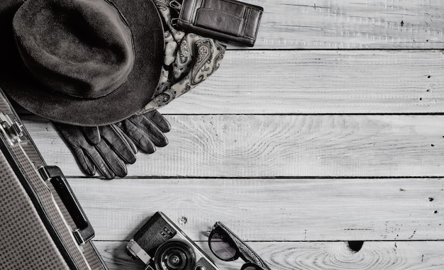 Chapéu masculino e acessórios retrô para viagens em superfície de madeira pintada de branco