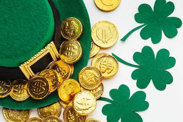 Chapéu, moedas e trevos de vista superior