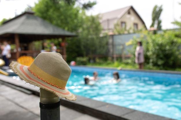 Chapéu no fundo de uma festa na piscina.