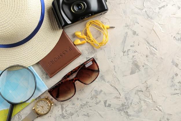 Chapéu, passaporte, mapa, câmera e óculos de sol do conceito de viagens. vista do topo