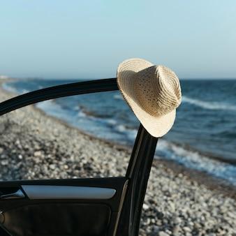 Chapéu pendurado na porta do carro