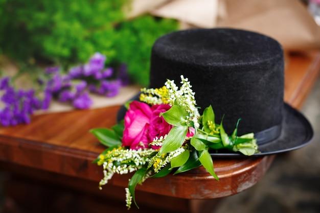 Chapéu preto com decoração de flores