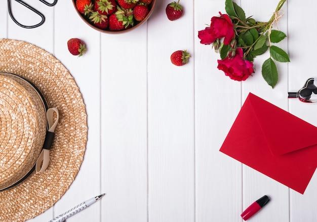 Chapéu rosas e morangos - acessórios de verão - vista superior
