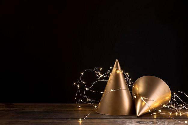 Chapéus de aniversário close-up na mesa