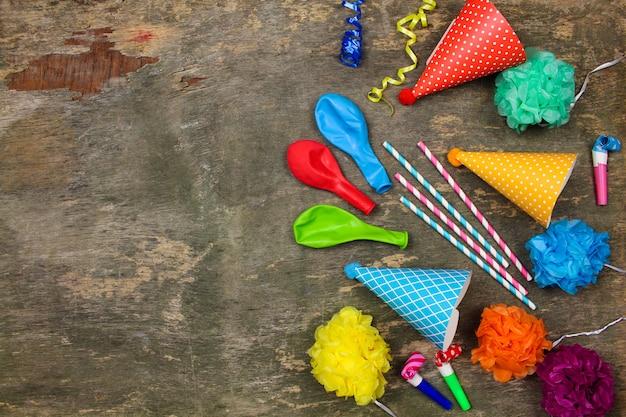 Chapéus de férias, assobios, balões.