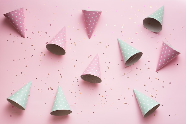 Chapéus de festa de cor pastel vista superior