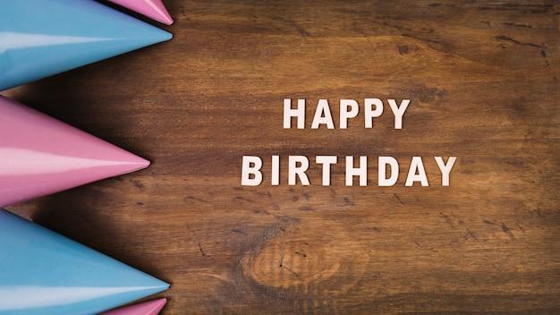 Chapéus de festa e escrita de feliz aniversario