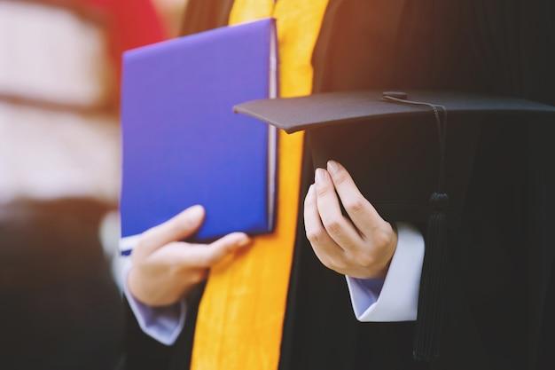 Chapéus de formatura durante graduados de sucesso de formatura da universidade, parabéns de educação de conceito. cerimônia de formatura, parabéns aos formandos da universidade.