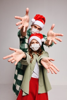 Chapéus de natal alegres com máscara de médico e feriado divertido ano novo