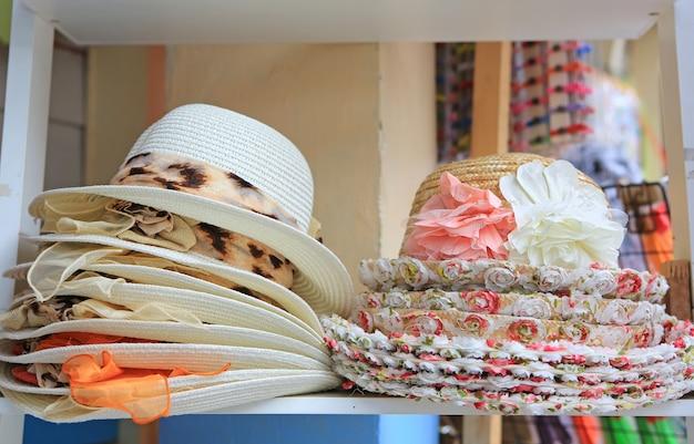 Chapéus de verão à venda em uma tenda do mercado ao ar livre