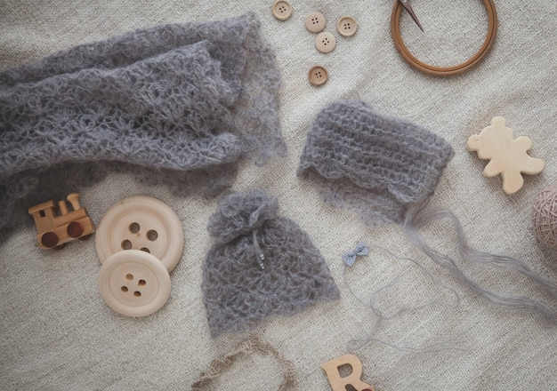 Chapéus e lenço cinzento feitos malha