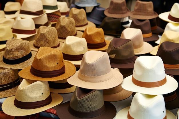 Chapéus na loja ao ar livre empilhados em linhas