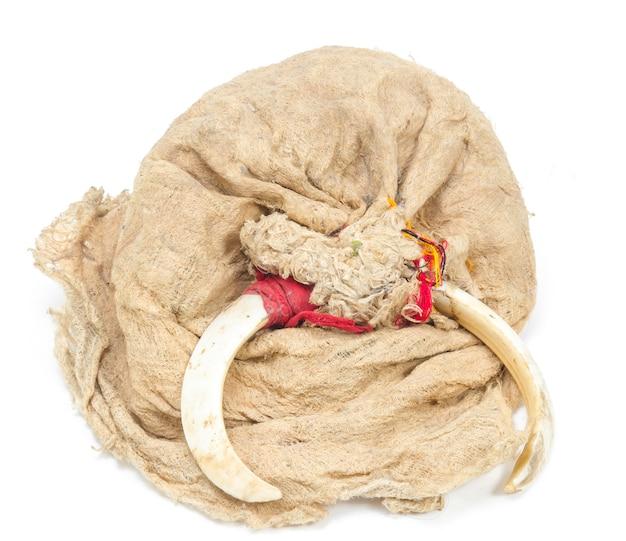 Chapéus velhos feitos de fibras naturais e ossos de animais para povos indígenas
