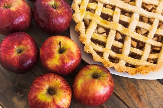 Charlotte perto de maçãs frescas