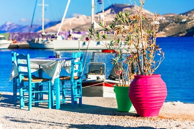 Charmosas tabernas tradicionais à beira-mar