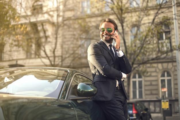 Charmoso homem de negócios rico