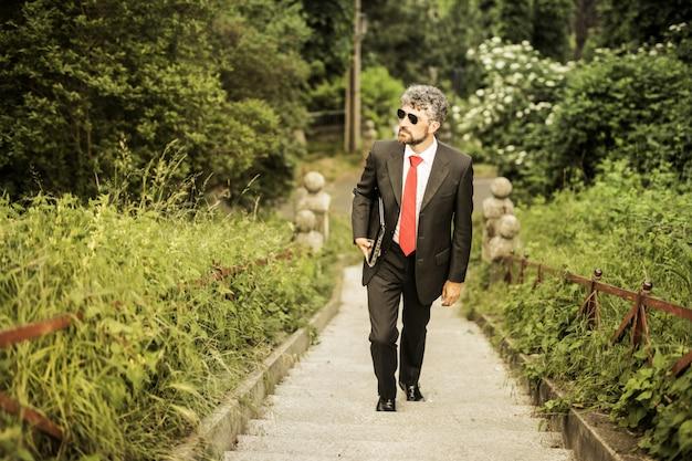 Charmoso, homem negócios, subir, ligado, um, escadas