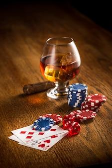 Charuto, batatas fritas para jogar, beber e jogar cartas