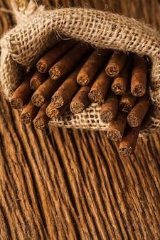 Charuto em saco pequeno na velha mesa de madeira