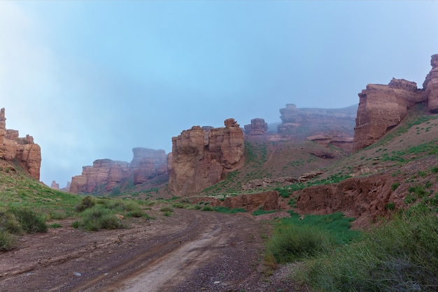 Charyn canyon na névoa da manhã, charyn canyon no cazaquistão. o vale dos castelos.