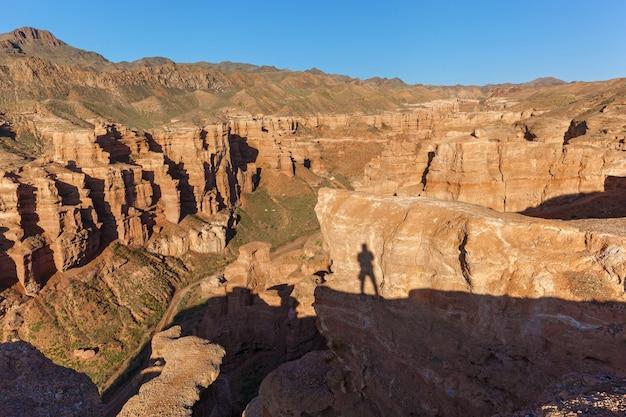 Charyn canyon, uma jornada pelo cazaquistão, a sombra do fotógrafo no penhasco, s