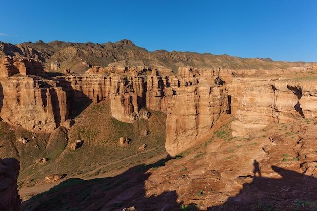 Charyn canyon, uma jornada pelo cazaquistão, a sombra do fotógrafo no penhasco, vistas do cazaquistão