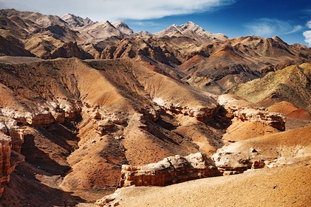 Charyn canyon, vista de colinas e montanhas.