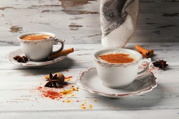 Chás quentes indianos tradicionais com especiarias