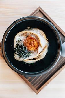 Chashu don: cobertura de arroz a vapor com barriga de porco assada, gema, algas secas e açafrão.