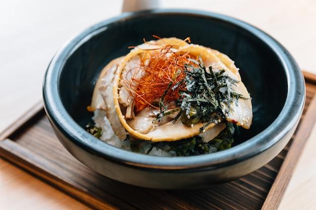 Chashu don japonês: cobertura de arroz ao vapor com barriga de porco assada.