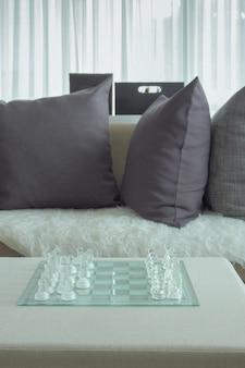 Chass de cristal na mesa naxe para sofá na sala de estar