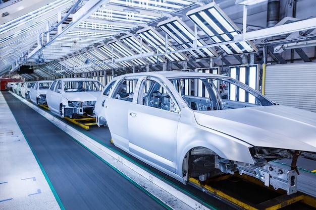 Chassi preparado em uma fileira na fábrica de automóveis
