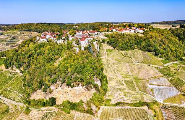 Chateau-chalon acima de seus vinhedos em franche-comte, frança