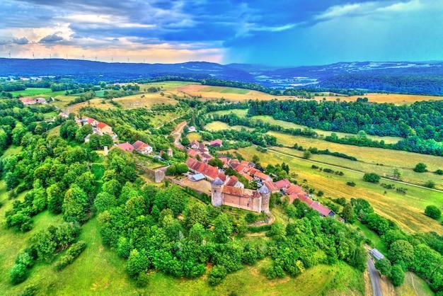 Chateau de belvoir, um castelo medieval no departamento de doubs da região de bourgogne-franche-comte, na frança