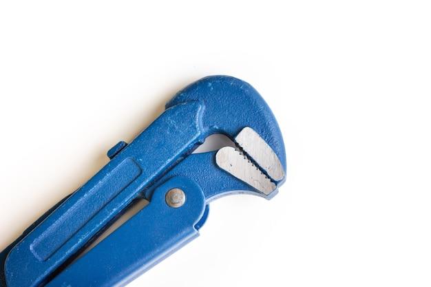Chave ajustável em um fundo branco. chave de gás. espaço para o texto. uma ferramenta manual isolada.