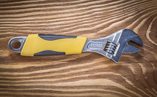 Chave ajustável na placa de madeira vintage