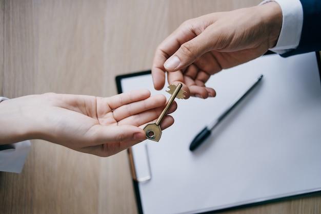 Chave da casa em mãos para venda corretora imobiliária