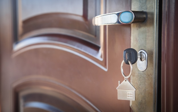 Chave da casa na porta. conceito de propriedade