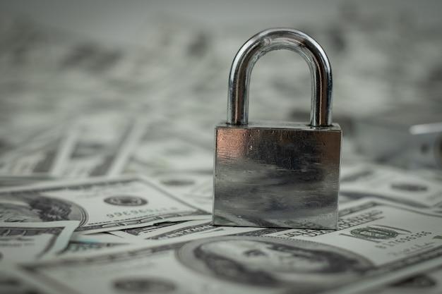 Chave de bloqueio de ferro no grupo de dinheiro pilha de notas de 100 dólares americanos